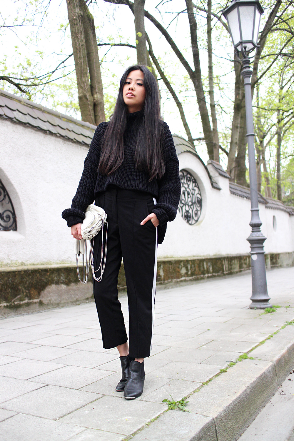 IHEARTALICE.DE – Fashion & Travel-Blog by Alice M. Huynh from Germany: All Black Everything Look wearing Sporty Trousers, Oversize Heavy Alexander Wang Knitjumper, Alexander Wang Camera Brenda Bag