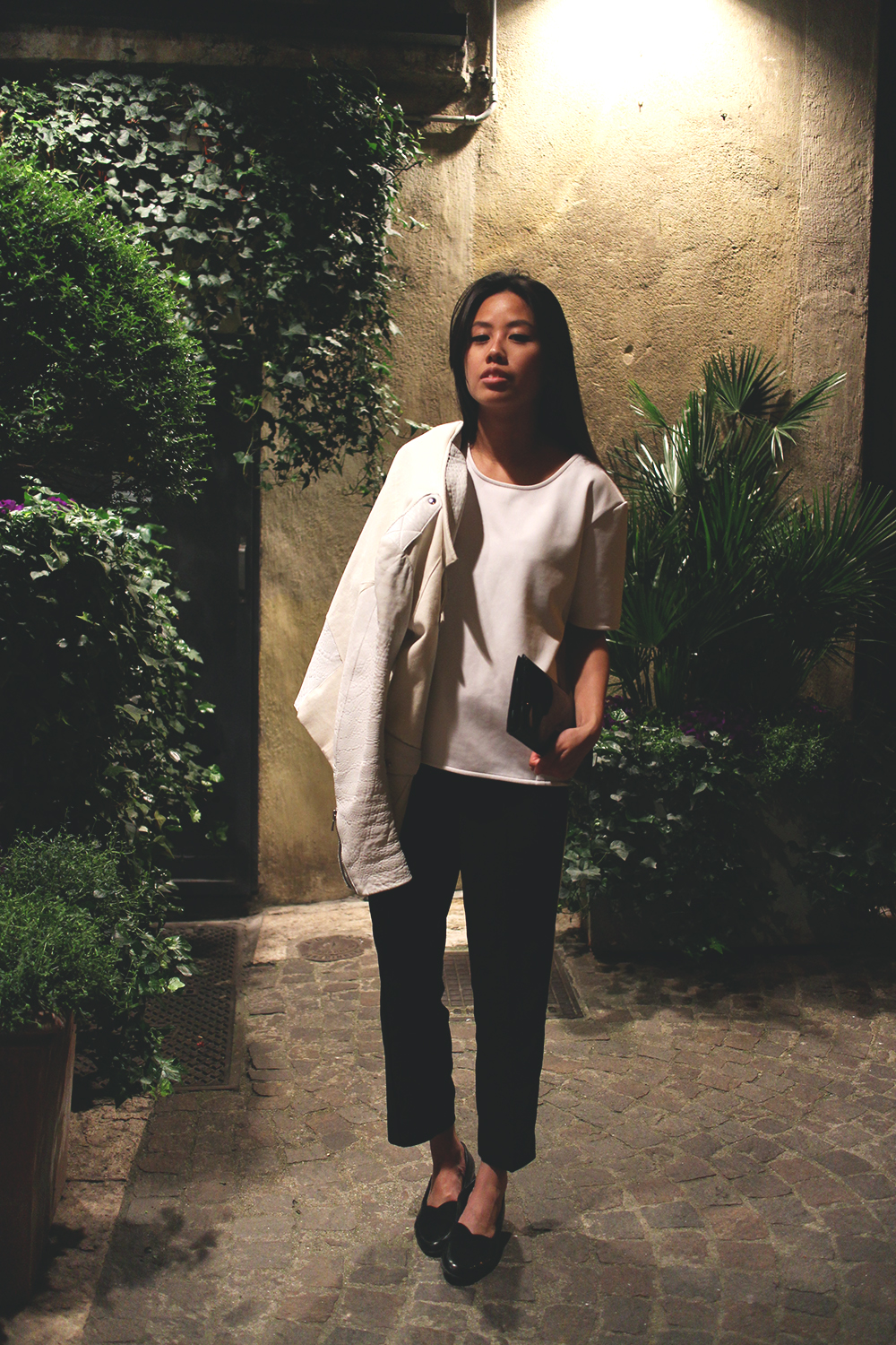 IHEARTALICE.DE – Fashion & Travel-Blog by Alice M. Huynh from Germany: Verona/Italy Travel & Food Diary –  All Black Everything Look wearing White Neopren Shirt & Straight Trousers, Leather Loafers