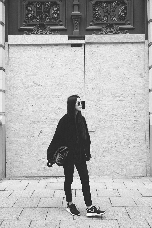IHEARTALICE.DE – Fashion & Travel Blog: All Black Everything Look wearing Nike Roshe Run, Leather Zara Bag, Acne Studios Coat