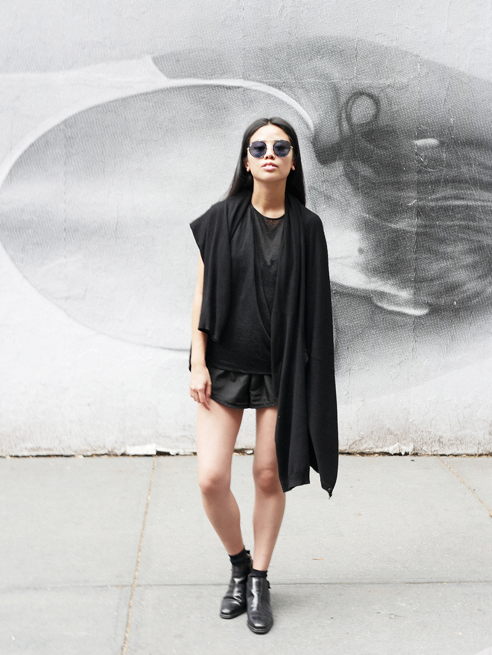 IHEARTALICE.DE – Fashion & Travel Blog: All Black Everything Look wearing Helmut Lang Top, Chelsea Boots