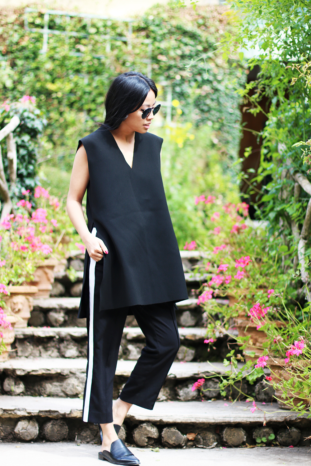 IHEARTALICE.DE – Fashion & Travel Blog: All Black Everything Look wearing V-Neck Shirt & Tibi NY Leather Loafers