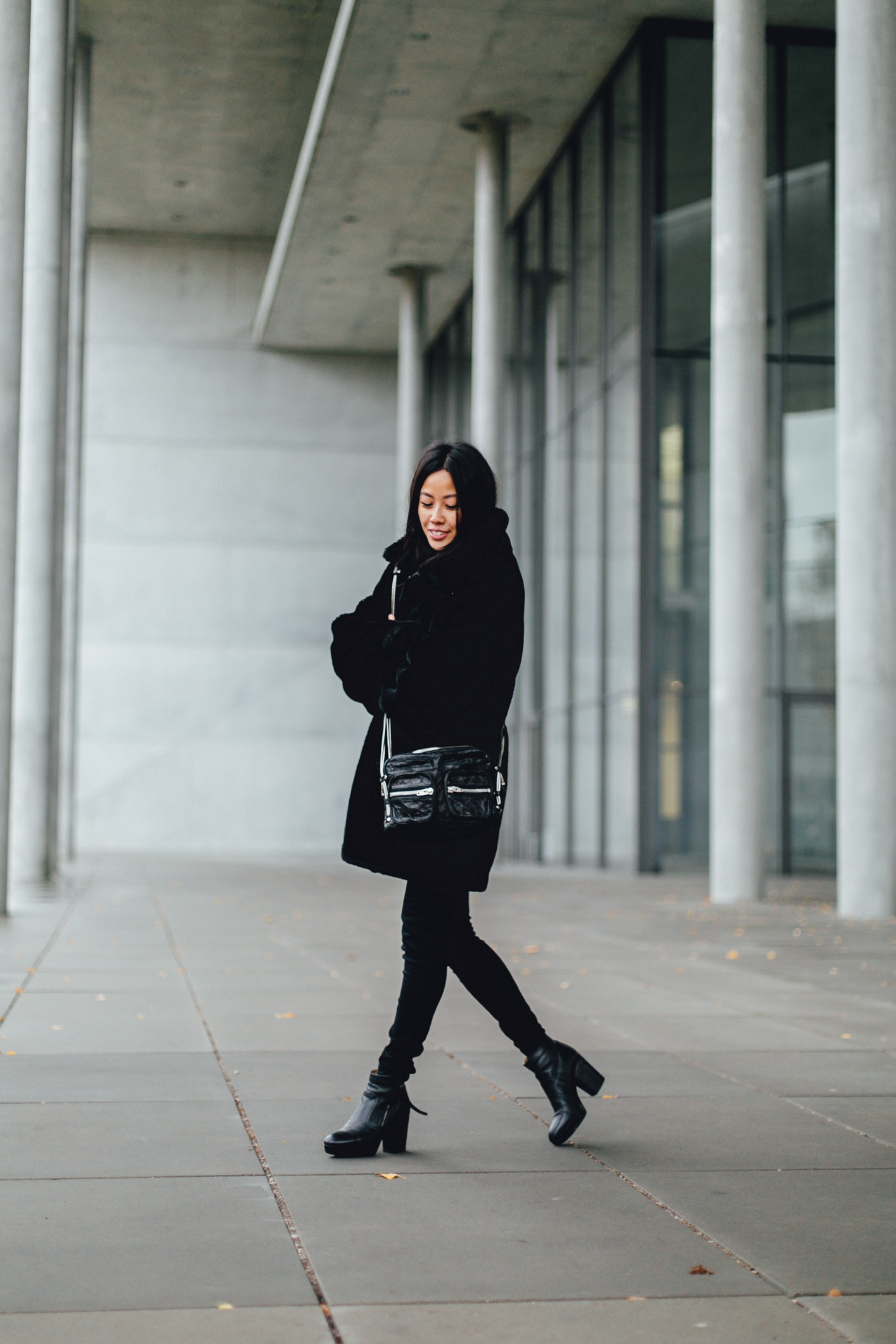 IHEARTALICE.DE – Fashion & Travel Blog: All Black Everything Look wearing Fluffy Teddy-Coat / How to stay warm in Winer?