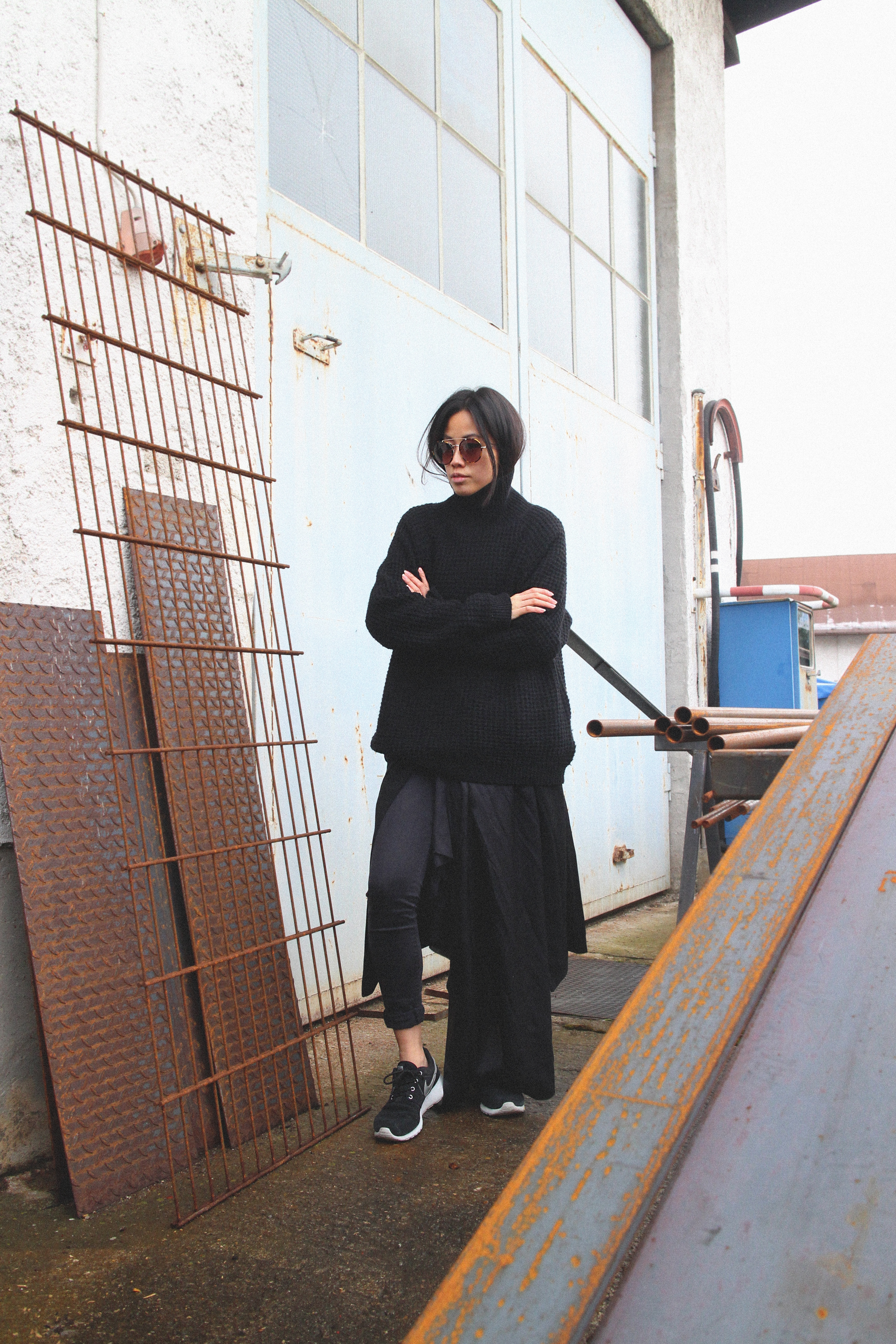 IHEARTALICE.DE – Fashion & Travel Blog: All Black Everything Look wearing Black Turtleneck & Nike Roshe Run