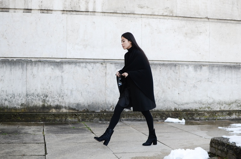IHEARTALICE.DE – Fashion & Travel-Blog by Alice M. Huynh from Berlin/Germany: All black Everything Look wearing Vintage Cashmere Turtleneck Sweater, Prada Shades, Yohji Yamamoto Pleats Warp Skirt, Maison Martin margiela Tabi Arabesque Boots / OOTD