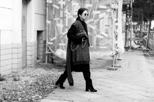 IHEARTALICE.DE - Travel, Food, Lifestyle and Fashion-Blog from Berlin/Germany by Alice M. Huynh: All Black OOTD wearing Maison Martin Margiela Wool Coat, Weekday Turtleneck Dress, COS Silk Pants, Alexander Wang Knit Scarf, Alexander Wang Brenda Leather Bag, Maison Martin Margiela Arabesque Velvet Tabi Boots, Malaika Reiss x VIU Shades in rosé / Androgynous Chic