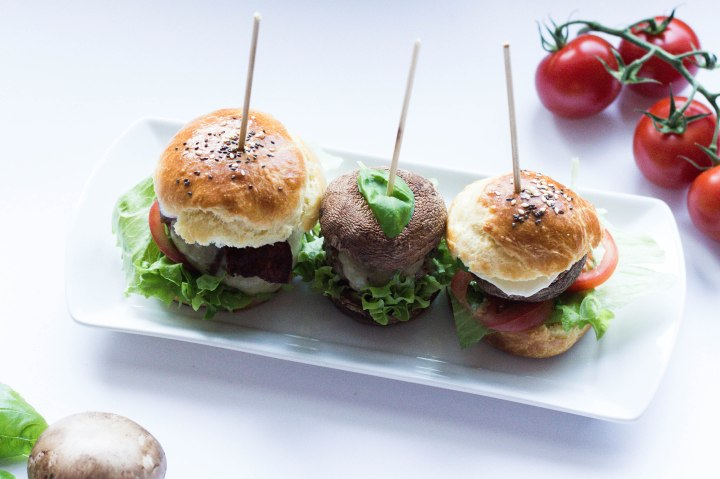 IHEARTALICE.DE – Fashion, Travel, Lifestyle & Food-Blog by Alice M. Huynh from Berlin/Germany: Dreierlei Mini-Burger: Klassischer Burger, Low Carb Pilz Burger, Veggie Burger & Selbstgemachte Burger-Brötchen / Rezept by Yvi Huynh